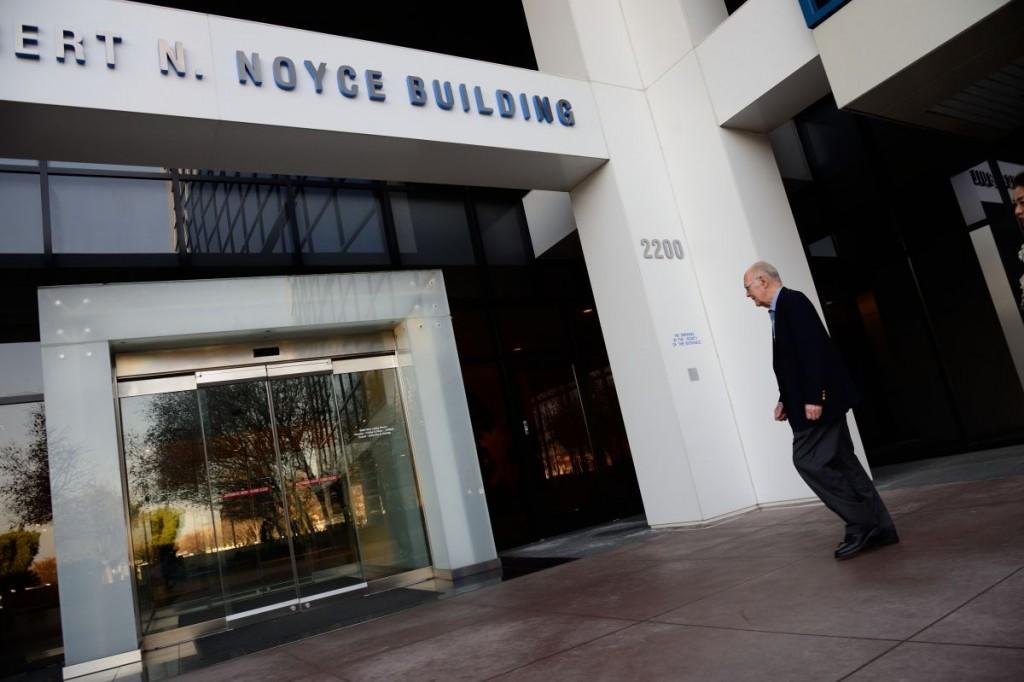 Гордон Мур у входа в штаб-квартиру Intel в г. Санта-Клара, Калифорния