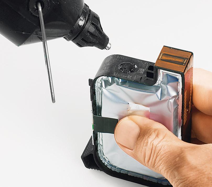 Картридж HP 51645.Откройте картридж с помощью тонкой отвертки. Сжимайте емкость, пока чернила не поднимутся до горловины