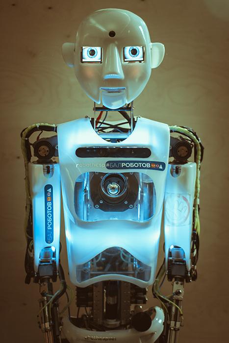 Робот Эспи любит болтать и показывать мини-представления. Но управляет им оператор.
