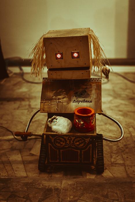 Если роботу-бомжу дать монетку, он сыграет мелодию, а если сунуть палец в рот - закричит.