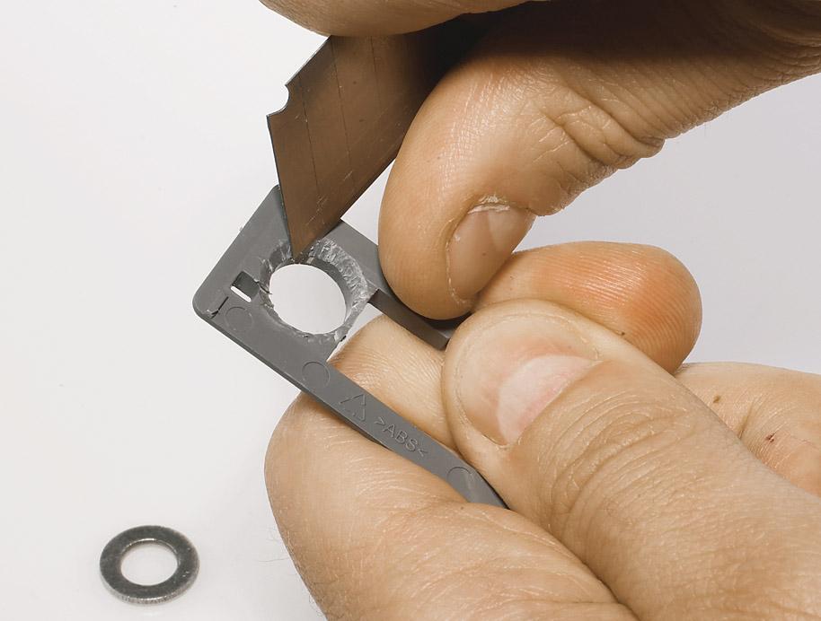 Поскольку диаметр переходника не толще отверстия на задней стенке, необходимо использовать шайбу. Ее можно легко подогнать: выскребите воронку с внутренней стороны отверстия в стенке.