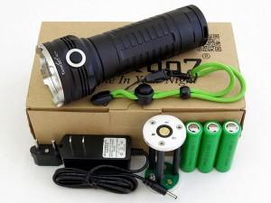 В комплект входит фонарь, аккумуляторный отсек, три аккумулятора, зарядное устройство и темляк