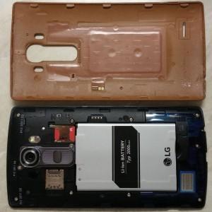 Аккумулятор съемный. Есть разъем для карты памяти и два для SIM-карт. Один из них расположен слева от кнопки включения
