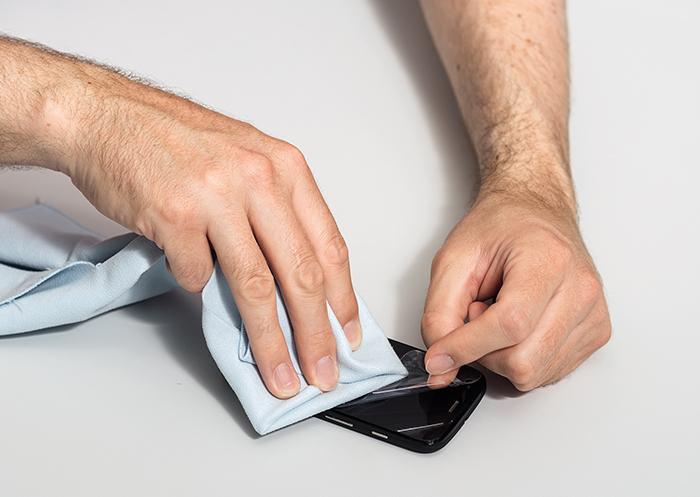 Наклеиваем защитную пленку на экран смартфона