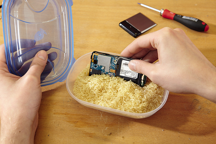 Сушим промокший телефон