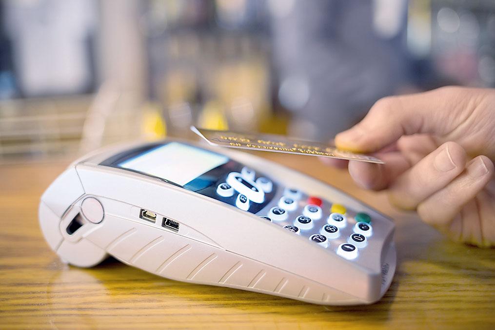 Модифицируя микропрограмму бесконтактной карты, хакер вынуждает владельцев использовать старые ненадежные способы оплаты.