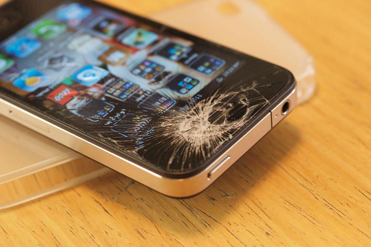 iPhone с разбитым экраном
