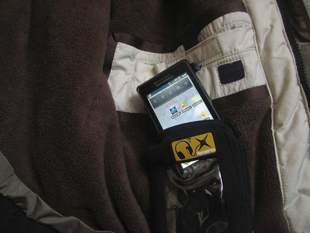 Смартфон в теплом чехле