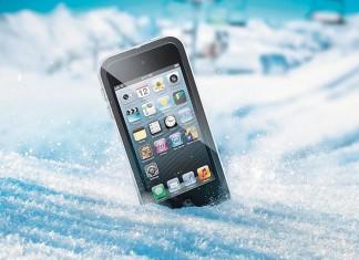 Смартфон в снегу