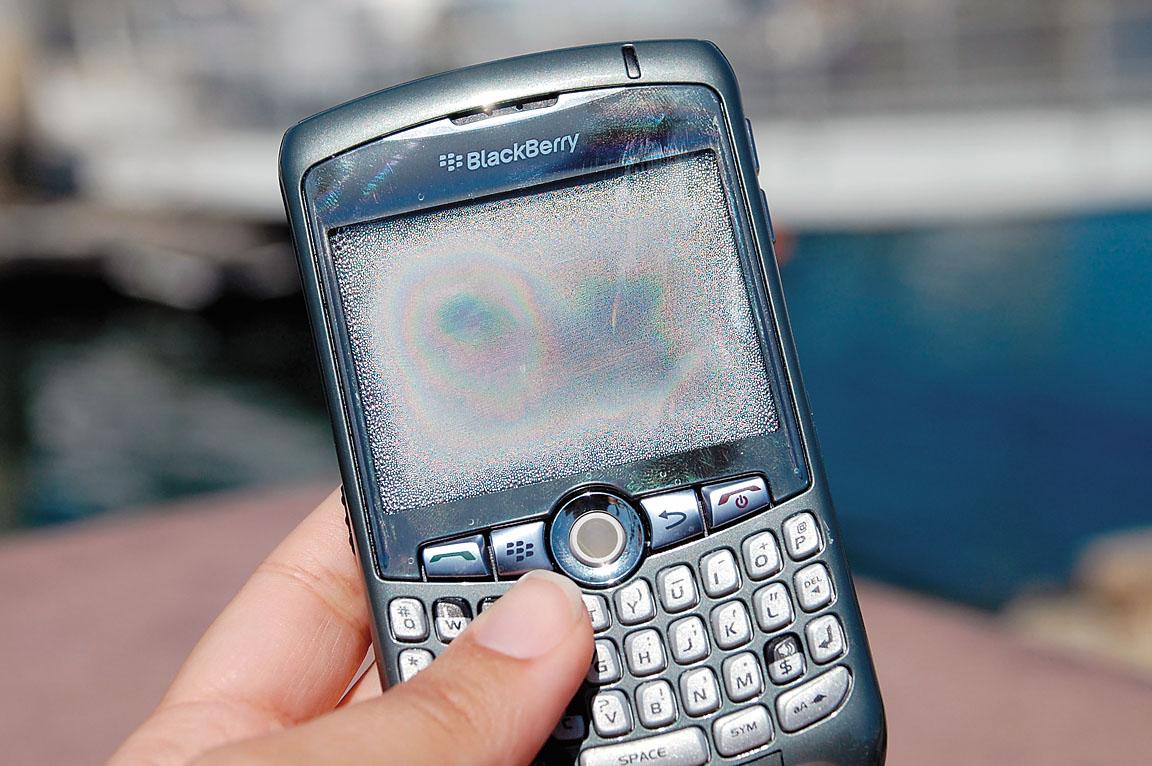 Залитый влагой смартфон