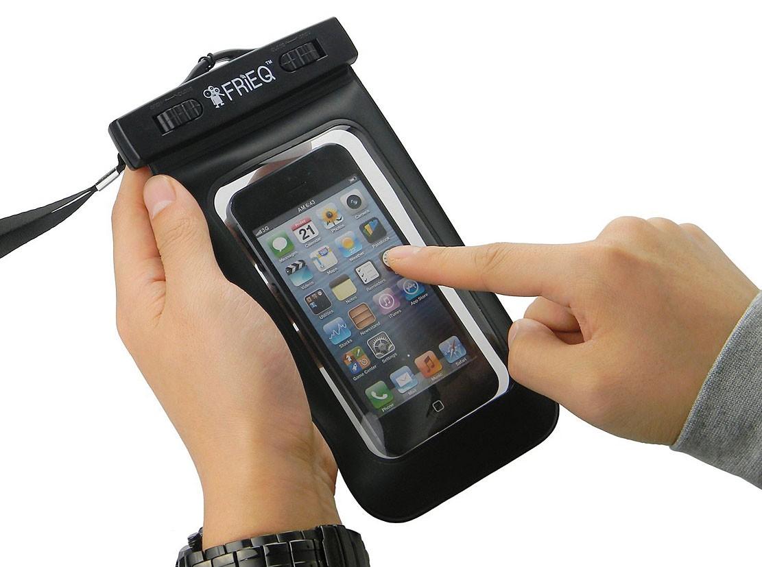 Смартфон в влагозащищенном чехле