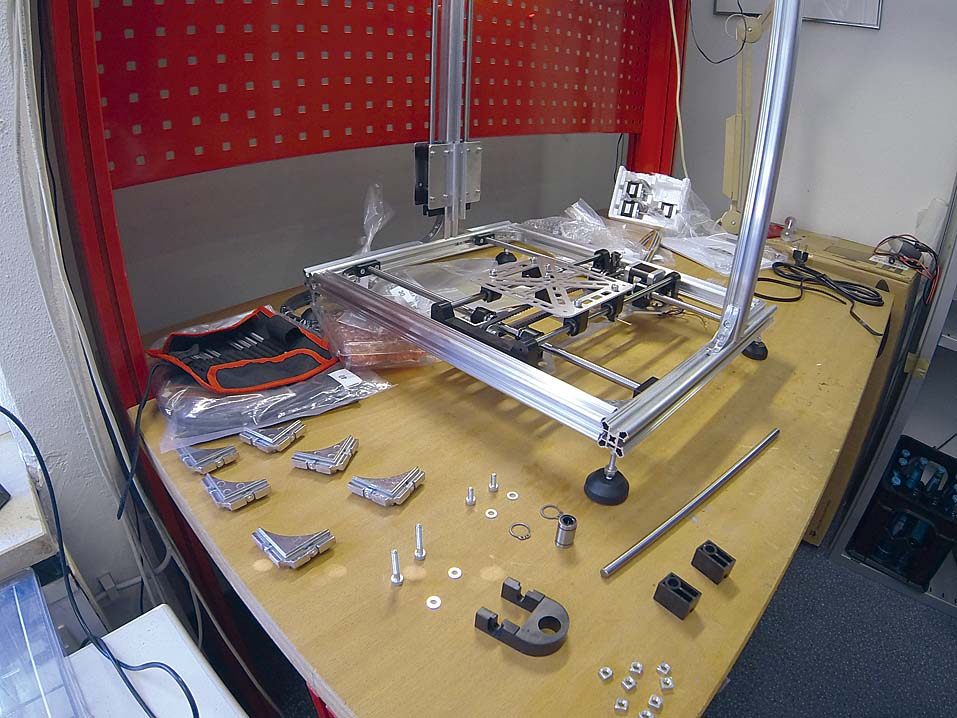 Некоторые 3D-принтеры поставляются в виде набора деталей: так, комплект Velleman K8200 состоит из сотен отдельных частей