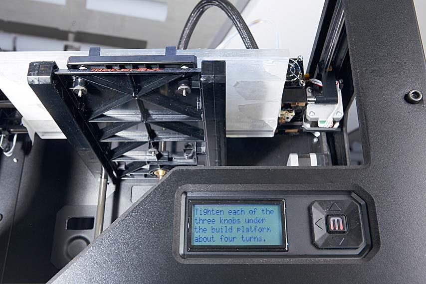 MakerBot облегчает калибровку печатной платформы указаниями, появляющимися на дисплее. Еще одно преимущество этого устройства в том, что оно имеет всего три регулировочных винта