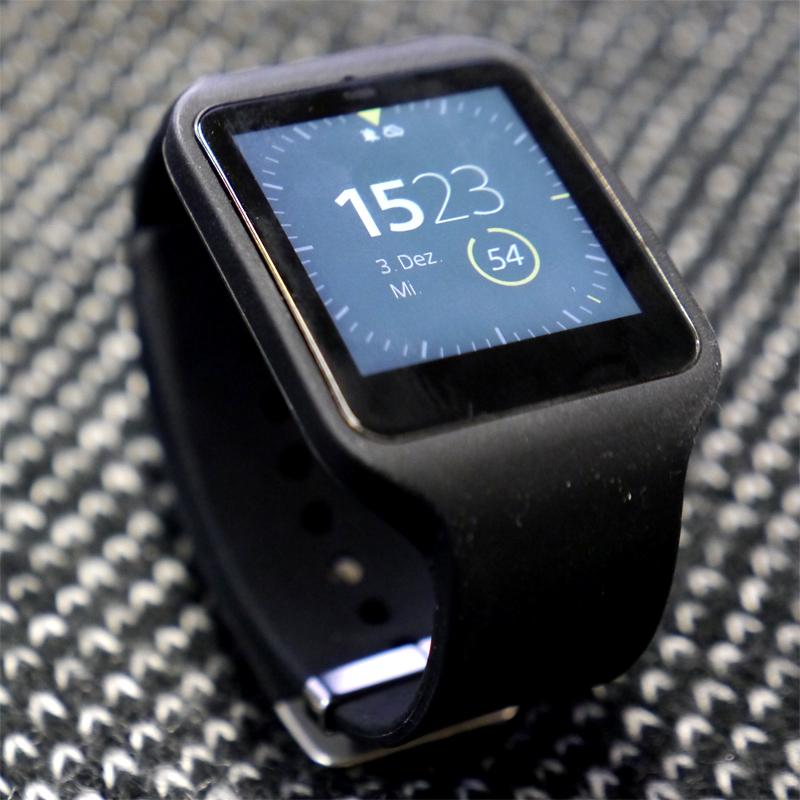 Sony Smartwatch 3: трансфлективный дисплей в режиме ожидания экономит энергию