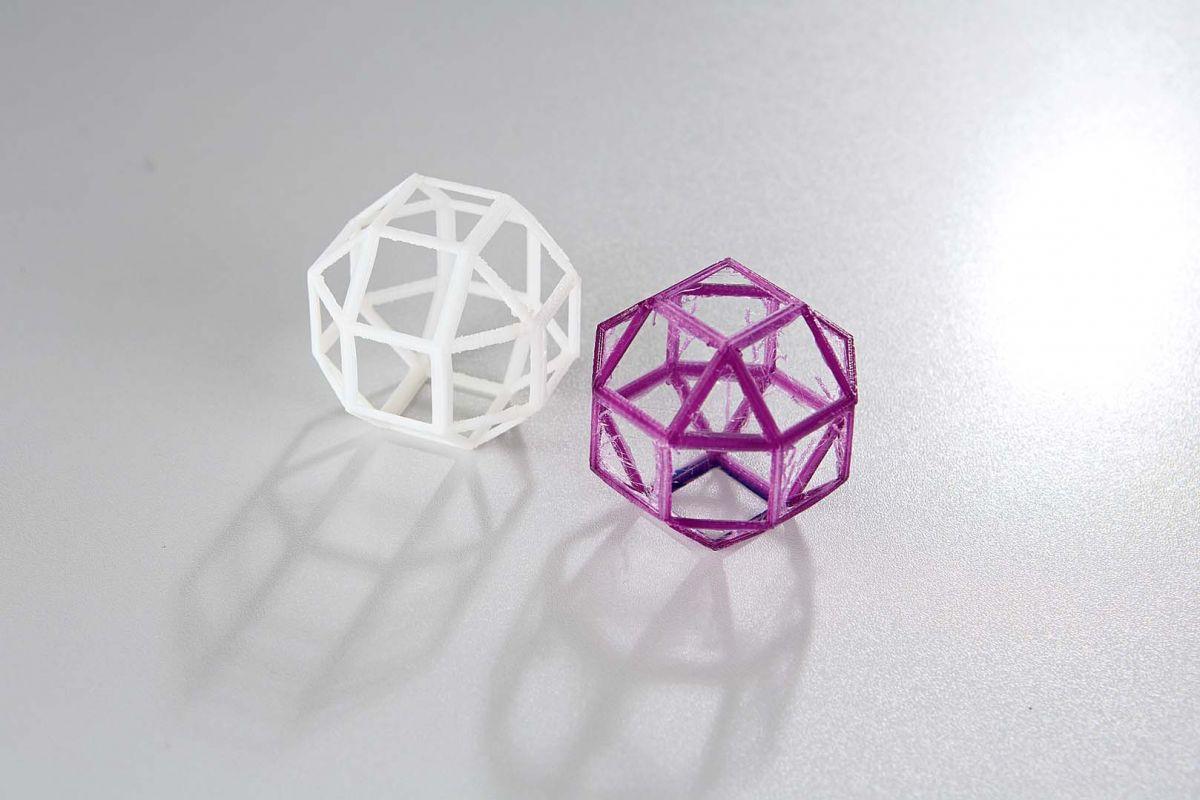 Ромбокубооктаэдр, напечатанный на принтере Pearl (белый цвет), чист. Нити, которые оставляет устройство MakerBot (фиолетовый), легко удаляются впоследствии