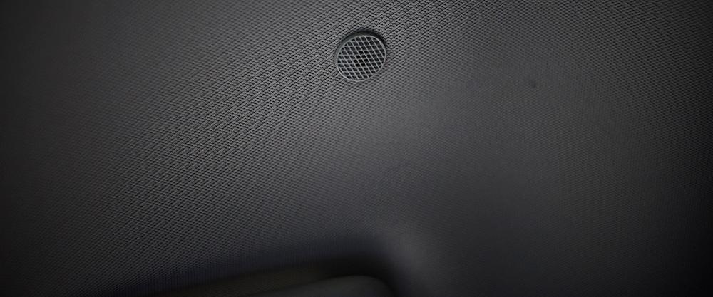 В салоне автомобиля расположены три микрофона, которые измеряют фоновый шум.