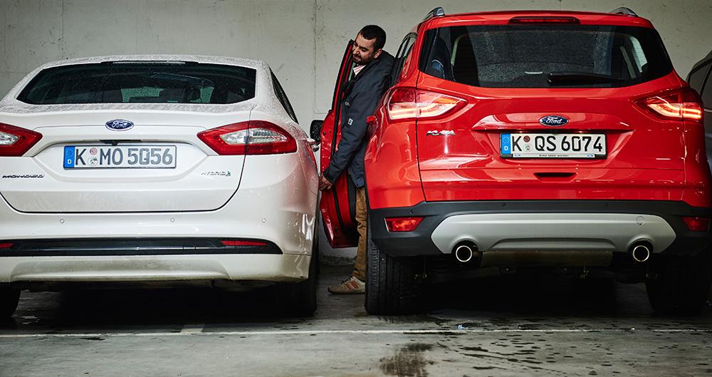 Трудно вылезти из машины, припарковавшись в узком пространстве. Но, что если вы паркуете авто, оставаясь снаружи?