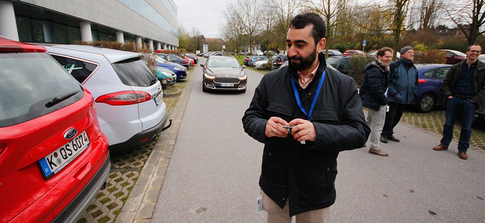 Ахмед Бенмимун показывает, как парковать автомобиль с помощью ПДУ.
