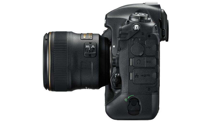 Canon EOS 1D X Mark II vs Nikon D5: Герметичные отдельные порты — обязательная необходимость для D5.
