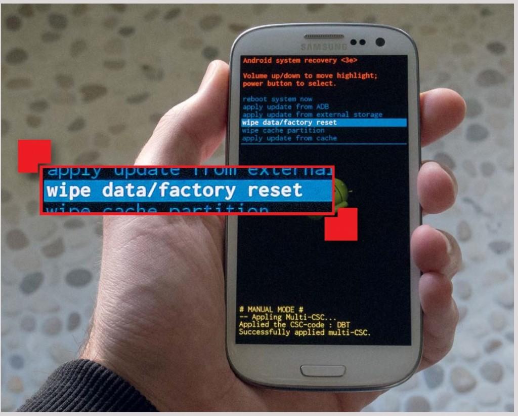 Если после обновления Samsung S III не запускается, удерживайте кнопки увеличения громкости, «Домой» и выключения. Войдя в режим восстановления, выполните команду «wipe data/factory reset»