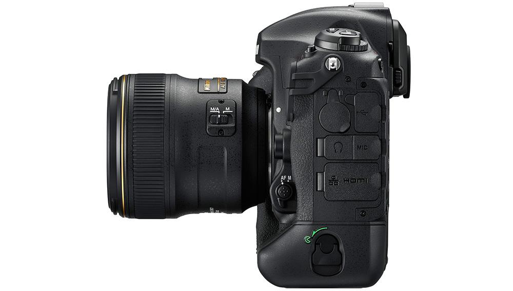 Nikon D5: Боковую грань камеры украшают USB 3.0, RJ45 и многие другие разъемы.