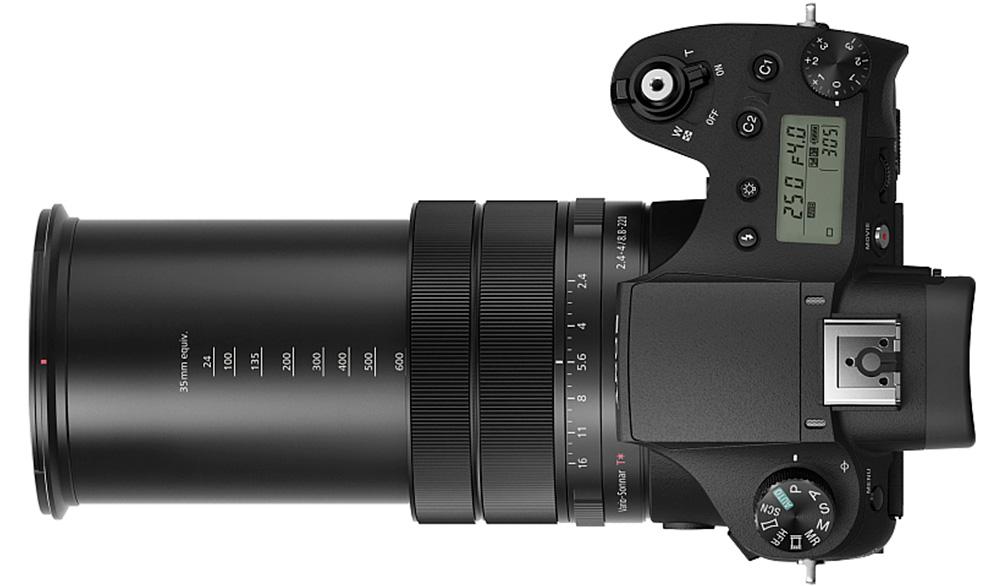 Sony Cyber-shot DSC-RX10 III: При максимально выкрученном зуме центр тяжести камеры перемещается вперед.