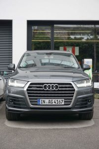 В дополнение к камере над зеркалом заднего вида Audi Q7 оснащена двумя датчиками спереди и одним — сзади