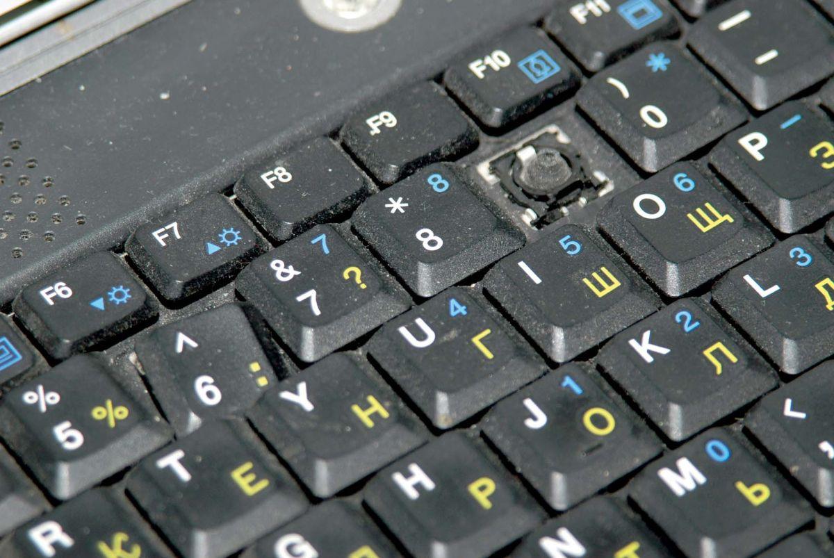 Разбитая клавиатура. Дешевые ноутбуки зачастую оснащены не очень прочной клавиатурой, а стучать по ней любят многие пользователи. В результате необходима замена.
