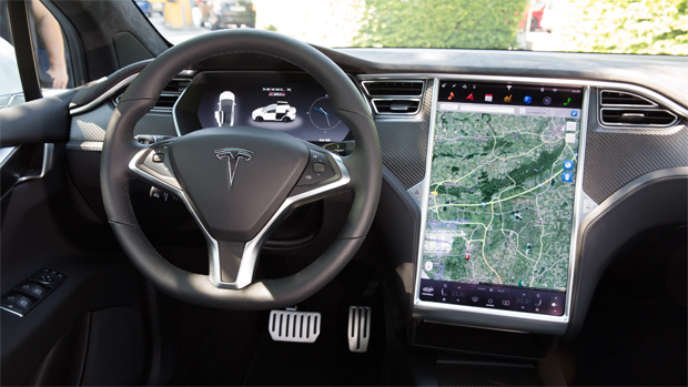Tesla Model X: приборная панель Model X почти такая же, как у Model S. В середине располагается огромный сенсорный дисплей