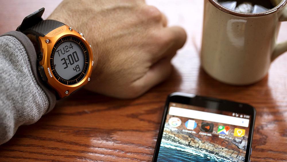 Умные часы Casio: монохромный дисплей хорошо читается на солнце и экономит энергию.
