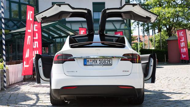 Tesla Model X: двери Model X в форме крыла чайки представляют собой яркое зрелище