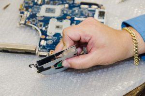 Неисправность кулера. Данный кулер ноутбука полностью забит пылью. Если войлочная прокладка блокирует лопасти вентилятора, это приводит к аварийному завершению работы или препятствует запуску. После очистки кулер заработает снова, при условии что мотор не поврежден.