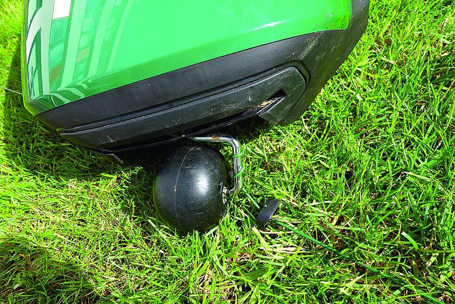 Техническое обслуживание.Оставить роботизированную газонокосилку без присмотра неполучится. Устройство может запутаться в ограничительнойпроволоке, из которой ее придется освобождать.