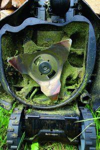 Кроме того,периодически косилку нужно очищать от сырой травы.