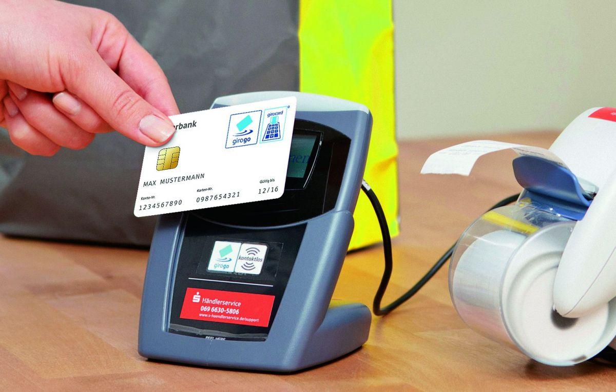 Без смартфонов.Girogo, Visa Paywave и Mastercard Paypass работают с NFC. Правда, не на смартфонах: чип располагается на дебетовой или кредитной карте