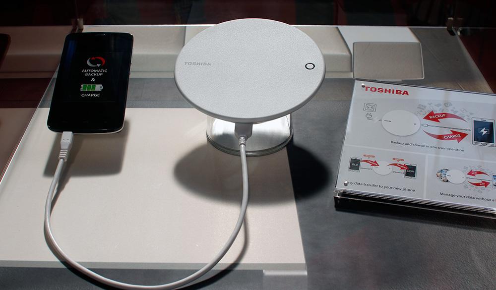 Toshiba: устройство для зарядки смартфона и одновременного бэкапа данных
