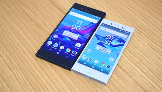 Sony Xperia X Compact: технологию зарядки Qnovo, разъем USB Typ-C и основную камеру X Compact получил от Xperia XZ (слева)