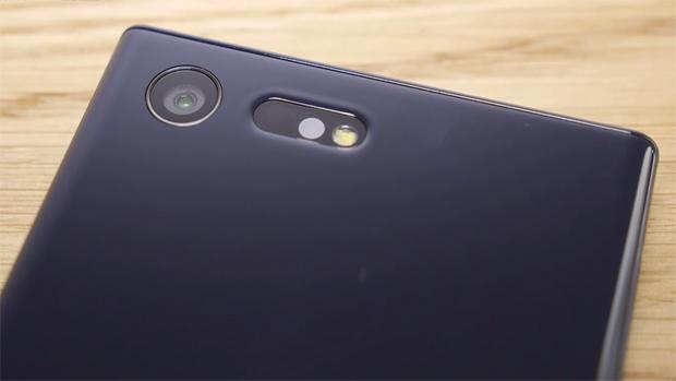 Sony Xperia X Compact: камера снимает с разрешением 23 Мпикс и оснащена 5-осевым стабилизатором изображения. Еще одно новшество — RGB-датчик