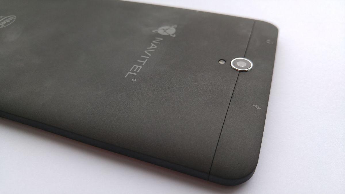 Пластик корпуса имеет софт-тач покрытие, что, однако, не спасает его от сбора отпечатков пальцев. Стереть их довольно легко фетровой или спиртовой салфеткой