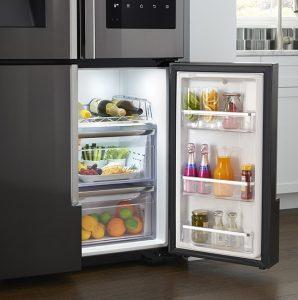Современный холодильник дольше сохранит скоропортящиеся продукты свежими.