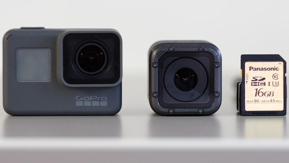 GoPro Hero5 Session: сравнение размеров с моделью «Black» (слева) и SD-картой (справа)