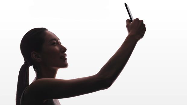 Фото: камера iPhone 7: фронтальная камера теперь позволяет делать селфи с разрешением 7 Мпикс. Фото: Apple