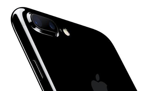 На задней поверхности iPhone 7 Plus находится сдвоенная камера от Apple. (источник: Apple)
