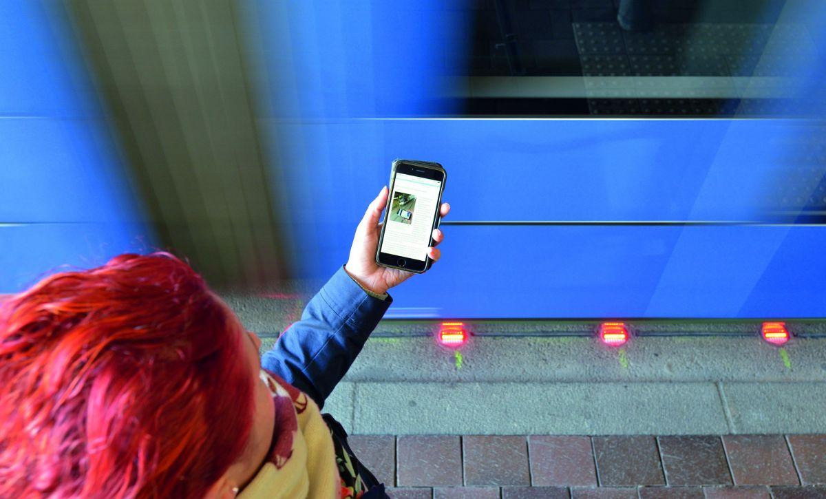 Светофор для смомби.На одной из остановок в Аугсбурге светодиодные лампы на земле предупреждают пользователей смартфонов о приближении трамвая
