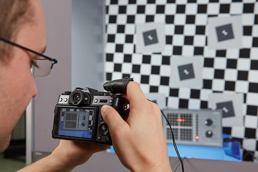 С помощью высокочувствительных датчиков мы измеряем задержку срабатывания затвора при ручной фокусировке.
