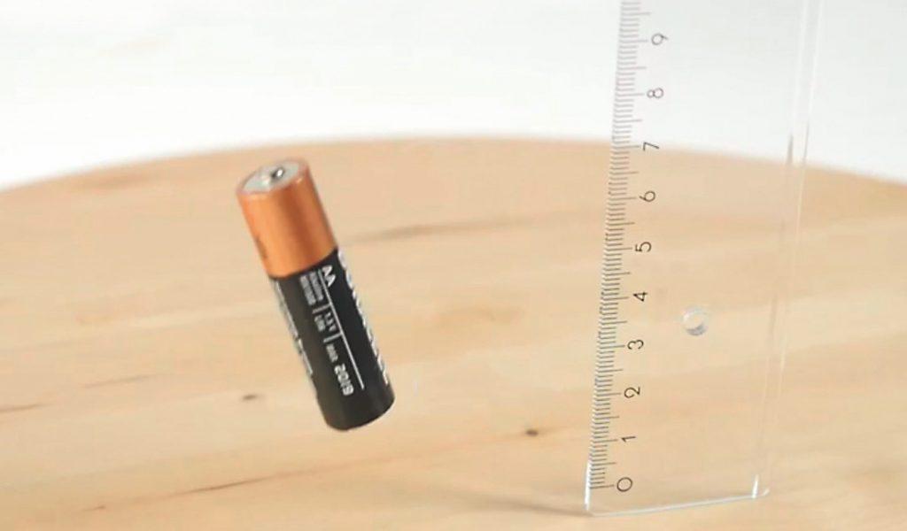 Если алкалиновая пальчиковая батарейка подскакивает при падении с высоты 20 см, то она точно разряжена