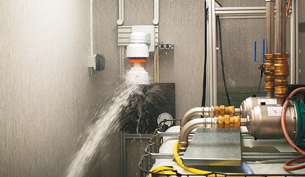 Тест на водонепроницаемость: Камера должна выдержать мощный напор воды, не пропустив ни капли под купол.