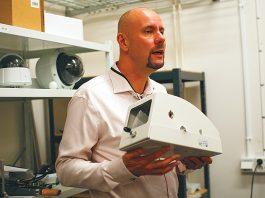Пули не страшны: руководитель партнерских программ Дэн Эрикссон демонстрирует корпус камеры после огнестрельного теста.