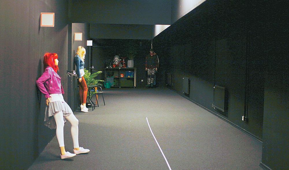 Темная комната с симуляцией улицы: движущиеся манекены, имитация автомобильных фар и т. п.