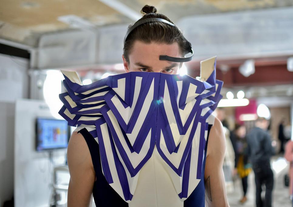 Футуристичные навесные детали на предметах одежды через датчики связаны с мозгом и двигаются соответствующим образом. (Фото: Britta Pedersen/dpa)